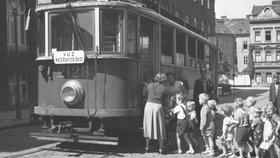 Speciální tramvaj vozila v Praze děti na výlety do přírody. Byl v ní i nočník