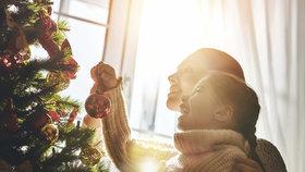 Historie Vánoc: Proč zdobíme stromek a kdo vymyslel kapra se salátem?