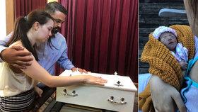 Zdrcující foto: Rodiče se dva týdny starali o mrtvou dceru. Koupali ji a seznámili se sourozenci