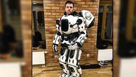 Ruský inteligentní robot je podvrh: Jde o chlapa v kostýmu!