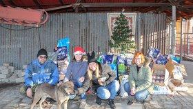 Chlupáči budou mít veselejší Vánoce. Dary z CZECH NEWS CENTER zaplní misky a pelíšky v Jimlíně
