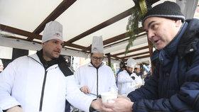 Na Staroměstském náměstí se rozdávala rybí polévka. Akci poprvé vedl primátor Hřib