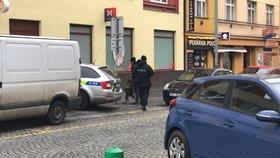 Ozbrojené přepadení sázkové kanceláře na Žižkově! Zloděj svázal obsluhu, je na útěku