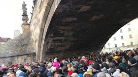 Stovky lidí zpívají po Praze. Pod Karlovým mostem bylo plno, u Kampy se sešli tři králové