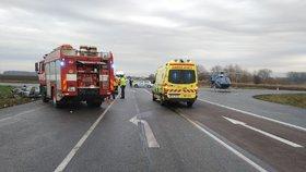 Smrtelná nehoda na Lounsku: Řidička přehlédla auto na hlavní?