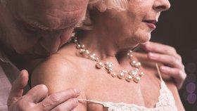 Sex chtějí i 80letí: Osahávají nás, stěžují si pečovatelky. Domovy seniorů řeší harašení