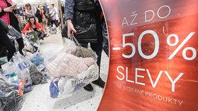 Obchody útočí výprodeji: Umíte odolat slevám?