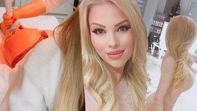 České Barbie prsa číslo 8 nestačí. Tohle podstupuje její zadek!