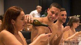 O nahé stolování není zájem: Jediná nudistická restaurace v metropoli zavře!