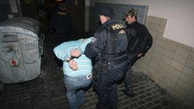 Opilec se dobýval k přítelkyni: S dvojicí policistů by se ještě popral, čtyři byli už moc