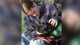 Slepou dívku vyhodili z autobusu: Nemůžeš mít černého psa!