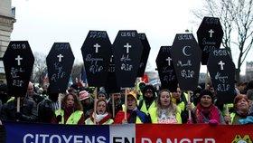 """Pochodu""""žlutých vest"""" se zúčastnilo 84 tisíc lidí. Protest doplnil slzný plyn i symboly rakví"""