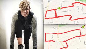 Sexy blondýna běhá tak, aby na mapách malovala pinďoury