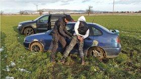 Divoká honička na Zlínsku: Zdrogovaného kluka v autě zastavila až pistole