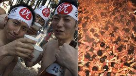 Bizarní festival: Tisíce naháčů se řežou hlava nehlava! Kvůli dřevěným tyčinkám...
