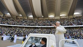 Papež mezi muslimy odsloužil mši pro nevídaný dav. Katolíky povzbudil