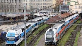 """Velké potíže na kolejích v Praze: Přepálená trolej, mezi """"hlavákem"""" a Smíchovem nejezdily vlaky"""