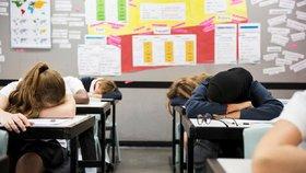 Bude škola začínat v 10? Studenty vstávání unavuje, tvrdí petice. Projednají ji poslanci