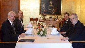 Zeman poobědval s americkým velvyslancem. Nad kachnou se zelím řešili Venezuelu