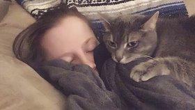 Kočka jako dula! Tahle dokonce poznala, že její panička přišla o miminko