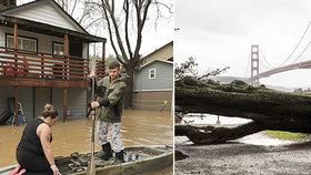 Přívalové deště a sesuvy bahna vyhnaly lidi z domovů. Kalifornii stíhá jedna katastrofa za druhou