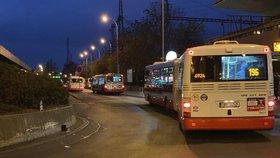 Žena po srážce s autobusem zemřela: Policie hledá svědky tragédie ze Smíchova