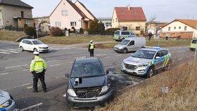 Zfetovaný řidič utekl od nehody v Kyjích! Jel v kradeném autě, neměl řidičák