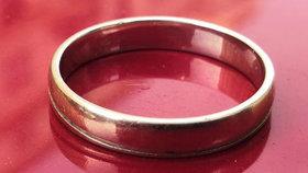 Nešťastník ztratil na Vinohradech snubní prsten, nálezce po něm pátrá. Značka: Eliška