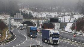 VIDEO: Kamion se řítil po dálnici 20 km v protisměru! Řidiče sebrala policie