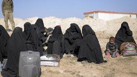 """""""Zmasakrujeme vás,"""" hrozí děti a nevěsty ISIS. Detenční tábor je """"inkubátorem"""" džihádistů"""