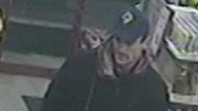 S ukradenou platební kartou platil neznámý na pumpě: Poznáte muže? Policisté po něm touží