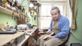 """Švec Erik M. Lawart (45) šil boty i pro Gotta.  """"Bota je dílo v pohybu,"""" říká.  Střevíce u něj stojí i přes 50 tisíc"""