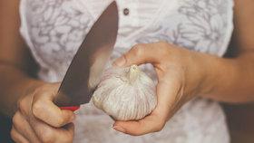 Šikovné fígle, jak rychle a snadno oloupat rajčata, česnek, mandle a další potraviny