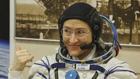 Rekordmanka Kochová se vrátila z ISS. Ve stepi přistála i se dvěma muži