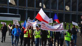 """Babiše za Ťokem!"" Taxikáři v Praze protestovali proti novele, do centra vyrazili pěšky"