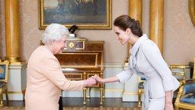 Celebrity při setkání s královnou: Kdo porušil pravidla etikety a úplně pohořel?