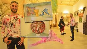 Unikátní umění. Petr z Prahy tvoří barevné stříkance holýma rukama: Pomaloval auto, oblečení i hodinky