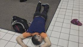 Zlodějíčka přemohl alkohol: Ustlal si pod kasou a usnul!