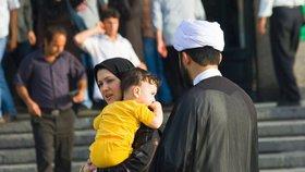 """Revoluce v Emirátech? Šejkové poprvé """"povolili"""" dítě muslimce a hinduistovi"""