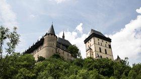 Z Radotína vyrazil Karel IV. na Karlštejn. V doprovodu fraucimoru, rytířů a vlajkonošů
