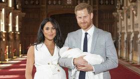 Meghan a Harry poprvé ukázali královské miminko! Prozradí i jméno?