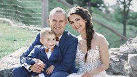 Už jsme tři Cejni, pochlubil se fotkou čerstvě ženatý moderátor