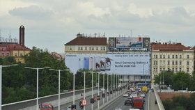 Kontroverzní reklama u Nuselského mostu zmizela. Obří banner provozovatel odstranil
