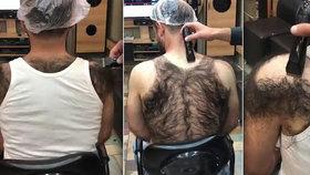 Huňaté tílko: Holič udělal zákazníkovi s chlupatými zády nátělník z jeho porostu