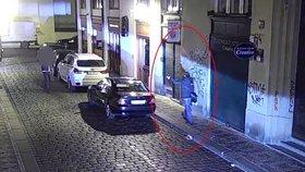 Lupič dostal zálusk na zaparkované auto: Vyplašil ho kolemjdoucí, tak kradené věci vrátil a zdrhl