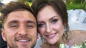 Kontroverzní youtuber Tary se oženil! Svatbu odkládal kvůli smrti