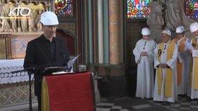Do Notre-Damu se po požáru vrátili věřící na první mši. Museli mít přilby