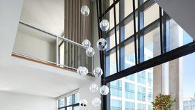 Luxusní loft o velikosti šesti bytů obývají jen dva lidé: Spí v něm i pracují