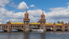Muž z mostu močil na loď s turisty: Čtyři lidé skončili v nemocnici
