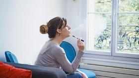 Kouření e-cigaret devastuje plicní buňky: Voňavé náplně jsou nejhorší, říkají vědci!